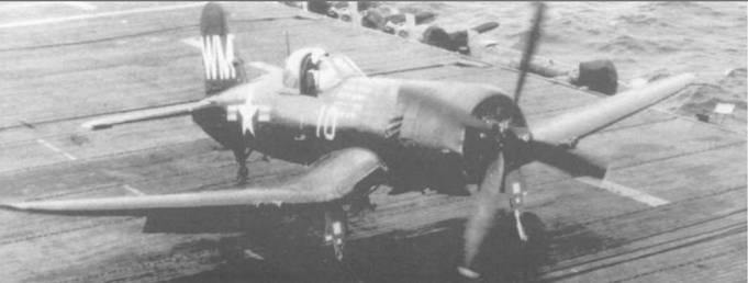 На фюзеляже этого F4U-5P, бортовой номер 10, из H amp;MS-33B, перед кабиной, отметки 33 боевых вылетов в Корее. Самолет только что вернулся на борт авианосца «Байроко», 5 мая 1951 года.