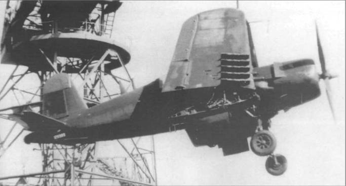 AU-1 (BuNo 129393) КМП с закрашенными опознавательными знаками грузят на борт корабля в Йокосуке, Япония, 11 апреля 1954 года. КМП получил приказ расконсервировать небольшое число «Корсаров», отремонтировать их и передать французским ВМС, После Корейской войны, AU-1 довелось снова поучаствовать в боевых действиях, но уже под французским флагом.
