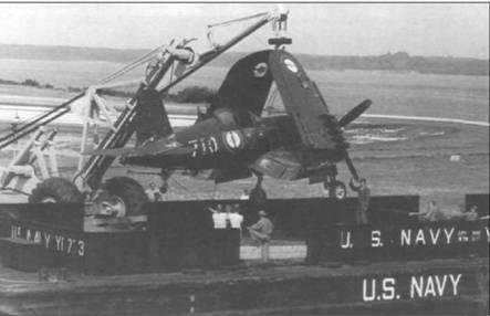F4U-7 (BuNo 133710) после завершения его службы во Франции вернулся в США. Самолет выгружают с баржи на авиабазе КМП Куантико, Вирджиния, 21 августа 1964.