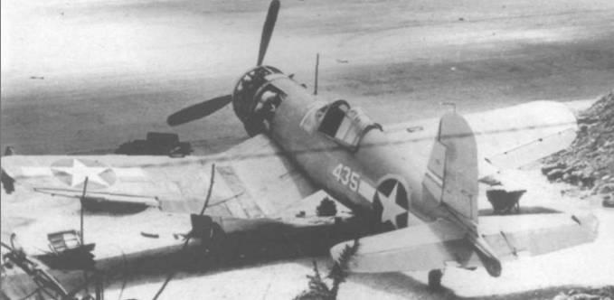Этот F4U-1 (BuNo 02435) из VMF-225, стоящий в укрытии на аэродроме Вела Ла Вела, остался неповрежденным во время налета японских бомбардировщиков 4 ноября 1943 года, которые уничтожили несколько SBD, стоявших на открытой стоянке.