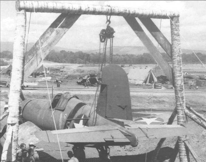 Пристрелка шести 12,7-мм пулеметов «Корсара» F4U-1 КМП, снимок сделан на Гуадалканале в июне 1943 года. Подъемное устройство построено из срубленных кокосовых пальм. Бортовой номер «5» белого цвета нанесен на фюзеляже перед знаками национальной принадлежности.