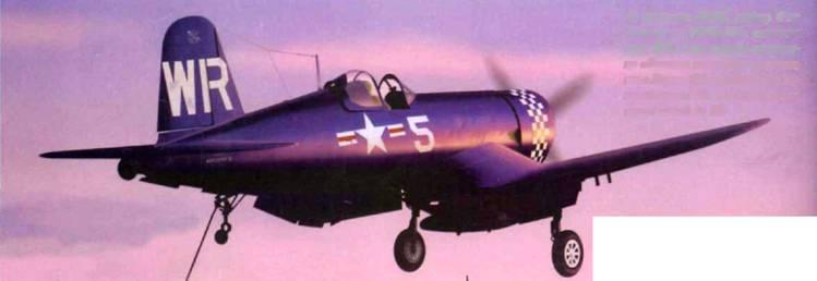 Ас авиации КМП, майор Фил Делонг из VMF-312, сажает свой F4U-4 на палубу авианосца «Батан» после боевого вылета в Корее. Сбив в Корее два истребителя Як он довел счет своих побед до 13.