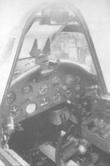Приборная доска, прицел и правая панель управления. F4U не имел пола кабины, что хорошо видно на фотографии. Резиновая накладка над панелью была установлена, чтобы пилот не получил травму головы при аварии. На снимке также видна ручка управления и правая педаль.
