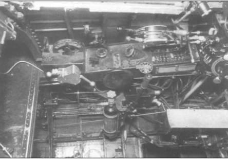 Левая панель управления F4U-1. Хорошо видны РУДы и рукоятка управления шагом винта. Открытая ниша слева на фотографии – отсек радиооборудования.
