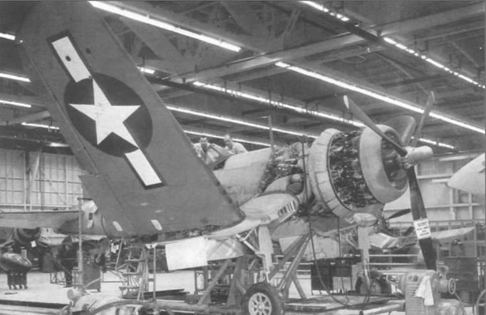 Почти законченные F4U-1A на линии окончательной сборки Воут, 25 января 1944 года. Одновременно со сборкой проверялся гидравлический механизм складывания крыла. На полотняной обшивке внешней части <a href='https://arsenal-info.ru/b/book/861093852/34' target='_self'>консоли крыла</a> нанесены знаки национальной принадлежности белого цвета на синем фоне.