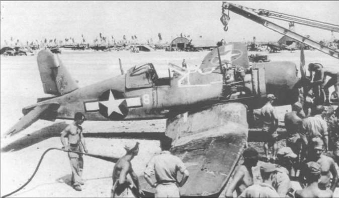«Корсар», на котором летал лейтенант Стаут из VMF-422, совершил аварийную посадку из-за повреждений, полученных в воздушном бою 18 мая 1944 года. Самолет нес знаки национальной принадлежности с красной окантовкой, белый номер «8» на фюзеляже и изображение женской фигуры на киле.
