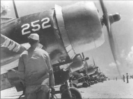 «Корсары» F4U-1A и FG-1A из VMF-224 готовятся к вылету на штурмовку 19 сентября 1944 года. Каждый самолет несет 226-кг бомбу на бомбодержателе Брюстер. «Корсары» стали первыми истребителями Флота, использовавшимися во время Второй Мировой войны в качестве штурмовиков.