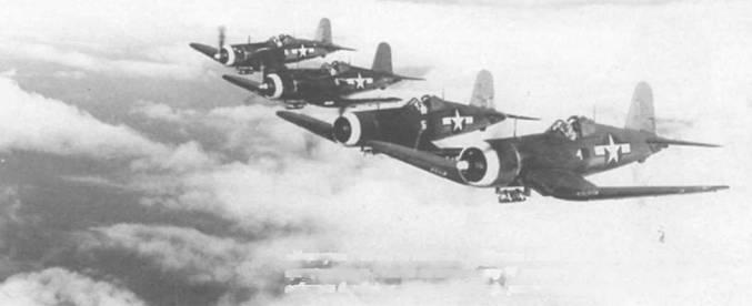 «Корсары» F4U-1A из VMF-213 Hellhawks с белой полосой вокруг капота возвращаются из вылета на штурмовку 11 ноября 1944. Каждый истребитель оснащен бомбодержателем Брюстер, установленным под фюзеляжем.