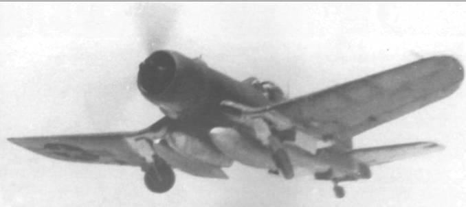 Тяжело нагруженный тремя баками F4U- 1A из VMF-224, пилотируемый полковником Чарльзом А. Линдбергом, взлетает с аэродрома Рой/Намур, атолл Кваджалейн, сентябрь 1944 года. В центральном баке авиационное топливо, в то время как в двух других – напалм.