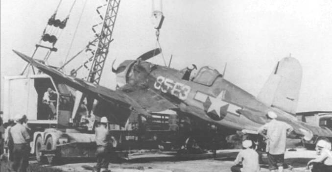 F4U-1A (BuNo 50283) из VF-85 вытаскивают подъемным <a href='https://kran-info.ru/' target='_blank' rel='external'>краном</a> после посадки на воду около авиабазы Атлантик-Сити, Нью-Джерси, 28 мая 1944 года. Пилоту удалось избежать серьезных ран, но «Корсар» был списан.