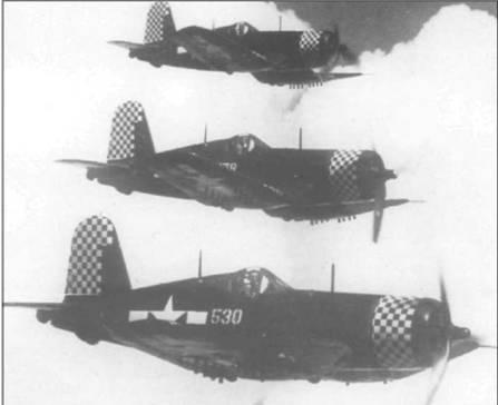 Три F4U-1D из VMF-312 с сине-белыми шашечками на капоте и руле высоты в плотном строю летят над Окинавой, июнь 1945 года. За годы Второй Мировой войны VMF- 312 одержала пятьдесят девять с половиной побед. Два «Корсара» на снимке имеют фонарь с переплетом раннего типа.