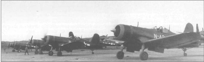 «Корсары» F4U-1D из VMF-441 с синей полосой на капоте продолжали служить после завершения Второй Мировой войны. На авиабазе Йокосука в Японии «Корсары» прогревают двигатели перед патрульным полетом над островом, сентябрь 1945 года.