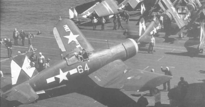 После приземления F4U-1D из VBF-83 складывает крылья и отруливает, чтобы присоединится к другим «Корсарам» и «Хэлкетам» из AG-83, стоящим на палубе авианосца «Эссекс», весна 1945 года. CV-9 был первым быстроходным авианосцем, принявшим на борт три эскадрильи F4U-1D/FG-1D: VBF-83, VMF-124 и VMF-213.