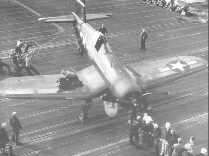 F4U-1D КМП из VMF-124/213 зацепился за трос на полетной палубе авианосца «Эссекс», весна 1945 года. Повреждения ограничились погнутыми лопастями винта и сломанным креплением подвесных баков. Этот «Корсар» входил в состав Авиационной Группы 83 (AG-83).