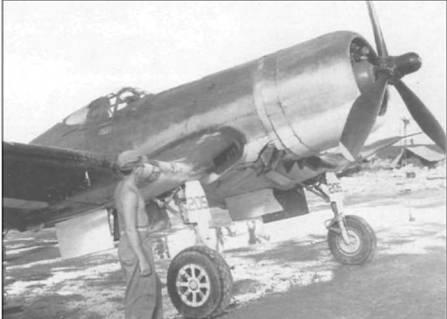 F4U-2, бортовой номер 205, из VMF(N)-532 на покрытой грязью стоянке аэродрома Ороте Филд, Гуам. F4U-2 отличались пламегасителями на выхлопных патрубках, установленных чтобы не слепить пилота ночью. В течение сентября 1944 года этот «Корсар» использовался для ночного патрулирования.