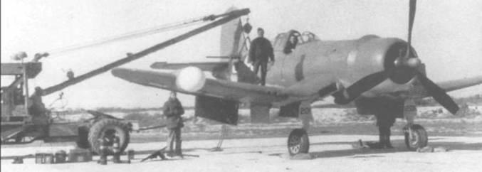 На этом F4U-2 (BuNo 3201), удерживаемом с помощью крана в полетном положении, проводится пристрелка пулеметов. В конце 1943 года самолет передали VMF(N)-532 в Черри Пойнт, Северная Каролина, и на нем летал командир эскадрильи майор Эверетт Воган.