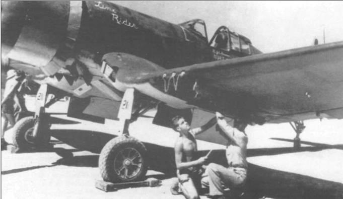 F4U-2 Line Rider из эскадрильи VMF(N)-532, летом 1944 года базировавшейся на острове Рой, на котором поочередно летали лейтенанты Джоул Боннер и Джон Таттл. Техники регулируют левый бомбодержатель, в то время, как оружейники проверяют пару 12,7-мм пулеметов на правом крыле.