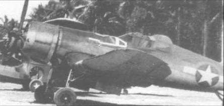 F4U-2, бортовой номер 4, из VF(N)-75 – первой эскадрильи ночных истребителей Флота, на стоянке аэродрома Торокина Филд на Бугенвиле, 10 января 1944 года. Широкая белая лента на фюзеляже перед ветровым стеклом использовалась, чтобы заделать маленькие течи в бензобаке. Знаки национальной принадлежности раннего типа дополнены двумя белыми полосами,