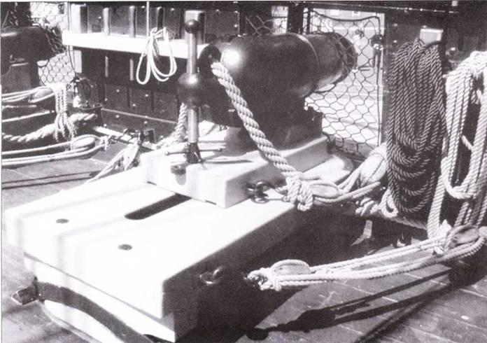 Каронады сменили 12-фунтовые пушки, стоявшие на верхней палубе. Это реплики 32-фунтовой каронады, одной из каронад, стоявших ни палубе Constitution во время войны 1812 года.