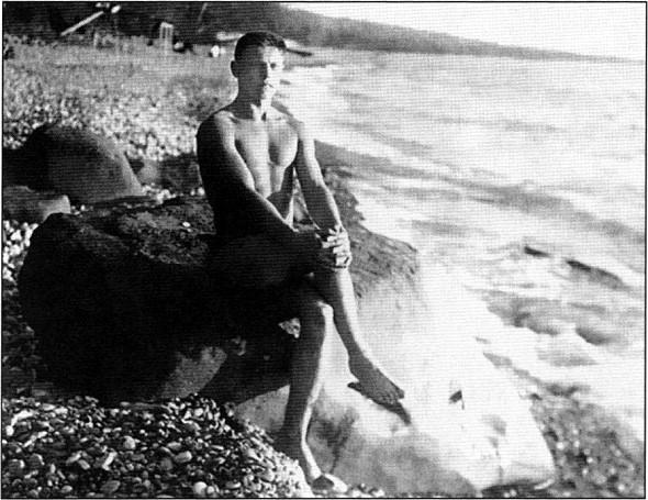 На берегу Черного моря. На обороте снимка рукой будущего летчика написано: «В здоровом теле — здоровый дух. Даешь воздух!» Хоста, 22 декабря 1935г.