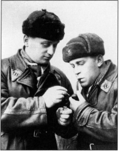 Командир 55-го истребительного авиаполка В.П.Иванов и начальник штаба полка А.Н.Матвеев. Шахта №6,1942г.