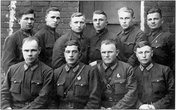 Летчики 55-го истребительного авиаполка. В первом ряду (слева направо): Л.В.Тетерин, В.А.Фигичев, П.П.Крюков, А.И.Покрышкин. Второй ряд: И.М.Зибин, В.А.Шульга, В.П.Карпович, Н.Я.Лукашевич, Д.Е.Никитин, С.Я.Супрун. Осень 1941г.