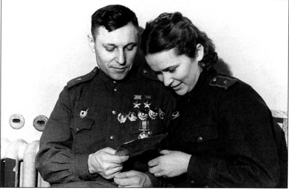 Александр и Мария Покрышкины. В Москве, в гостинице ЦДКА. Февраль 1944г.