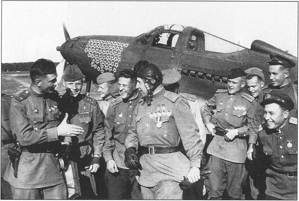 Боевые товарищи поздравляют командира с очередной победой в воздухе. 1944г.