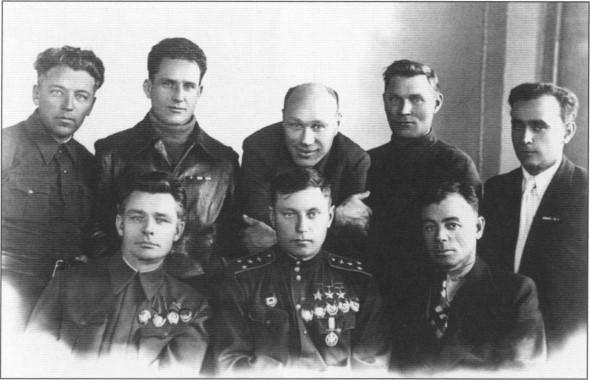 Встреча на родном заводе. Слева от Покрышкина — 1-й секретарь Новосибирского обкома ВКП (б) М.В.Кулагин. Новосибирск, сентябрь 1944г.