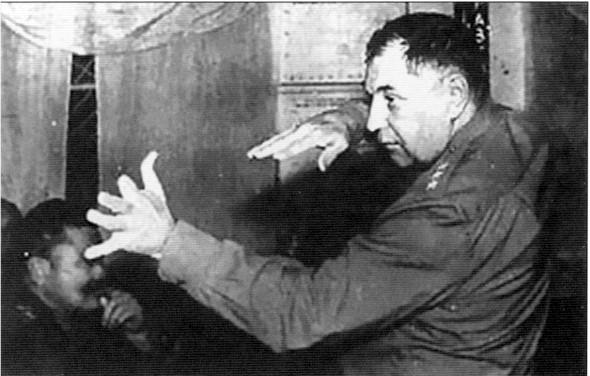 Генерал Покрышкин ведет занятия по тактике с летчиками