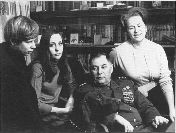 В кругу семьи. С женой Марией Кузьминичной, дочерью Светланой и сыном Сашей. Москва, 1969г.