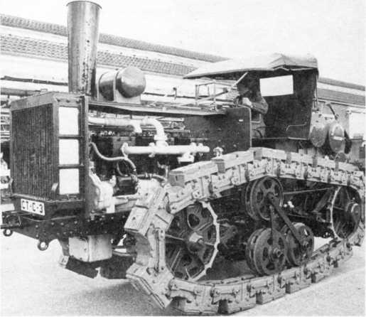 «Малый гусеничный» трактор «Горнсби» системы Д. Робертса с бензиновым двигателем, 1909г. Обратим внимание на <a href='https://arsenal-info.ru/b/book/18026177/2' target='_blank'>устройство ходовой части</a> с массивными башмаками гусениц и с приподнятыми над грунтом направляющим и ведущим колесами.