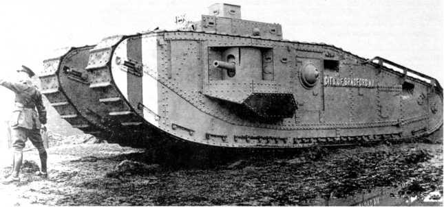 Демонстрация тяжелого танка Mk VIII. Хорошо видны отличия от Mk V в размещении экипажа, установке вооружения, возможностях наблюдения, обводах гусеничного хода.