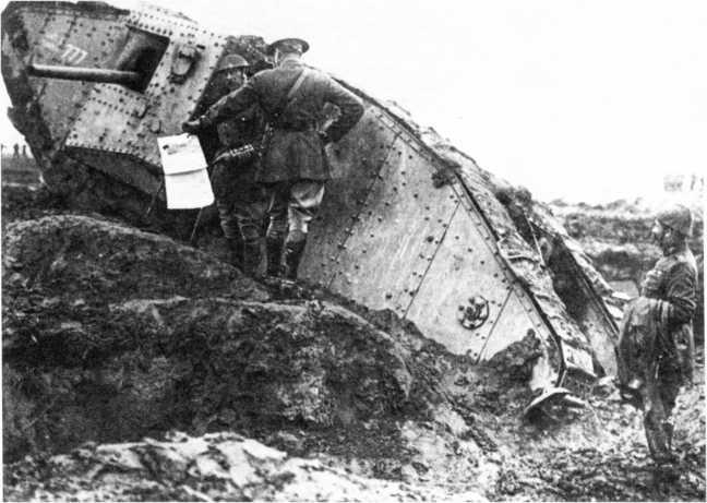 Офицеры Танкового корпуса у танка Mk II «самец» с номером С24 и именем «Чарли Чаплин». Обратим внимание на уширенные траки в гусеничной цепи танка, а также на первый вариант танкового шлема (справа) и на стеки офицеров.