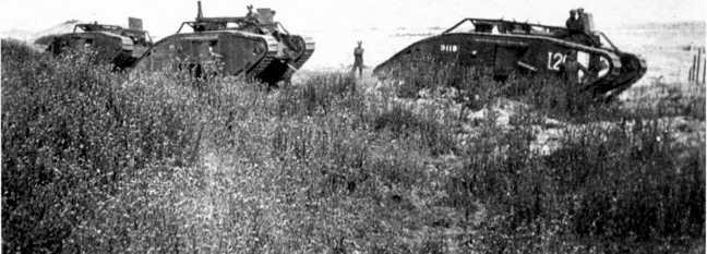Танки Mk V 9-го <a href='https://arsenal-info.ru/b/book/348132256/10' target='_self'>танкового батальона</a> в колонне. Обратим внимание на сигнальный <a href='https://wm-help.net/lib/b/book/173895509/183' target='_blank' rel='external'>семафор</a>.