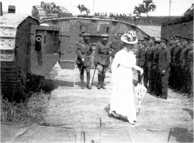 Посещение «тяжелого отряда пулеметного корпуса» королем Георгом V и королевой Марией. С самого начала существования танковых войск дамы любили фотографироваться на фоне грозных боевых машин. На фото видны танки Mk IV в вариантах «самец» и «самка».