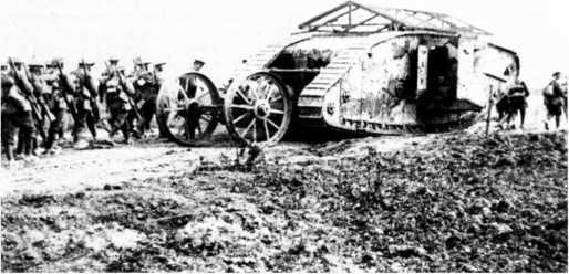Танк Mk I «самец» роты С «тяжелого отделения пулеметного корпуса» совершает марш вместе с пехотой. Октябрь 1916г. Дверь спонсона открыта для лучшей вентиляции.