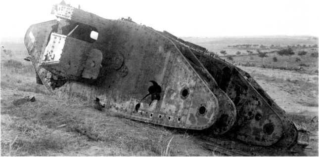Останки подбитого артиллерийским огнем танка Mk II «самка». Хорошо видны особенности устройства спонсона, установка поддерживающих роликов, остатки цепей Галля бортовой передачи.