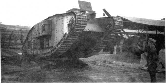 Танк Mk V «самка» в парке (видимо, после ремонта). Обратим внимание на танк с крановой стрелой на заднем плане.