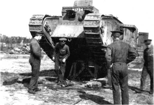 Осмотр танка Mk V «самец» в парке. Пулеметы сняты, направляющие для бруса самовытаскивания не установлены.