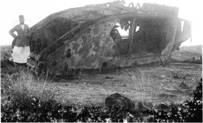 Тяжелый танк Mk II, подбитый, видимо, у Газы, 1917г.