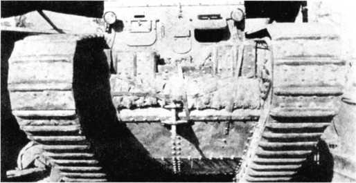 Тяжелый танк Mk I в Египте, начало 1917г. На лобовой части корпуса укреплены запасные траки, а по бокам рубки — дополнительные фары.