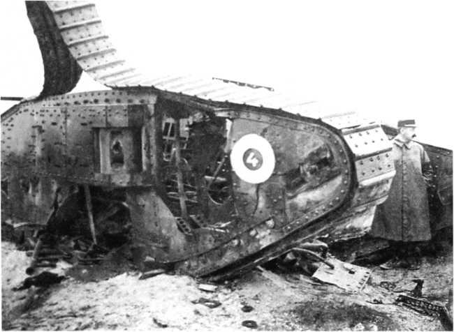 Французский офицер осматривает подбитый тяжелый британский танк Mk IV.