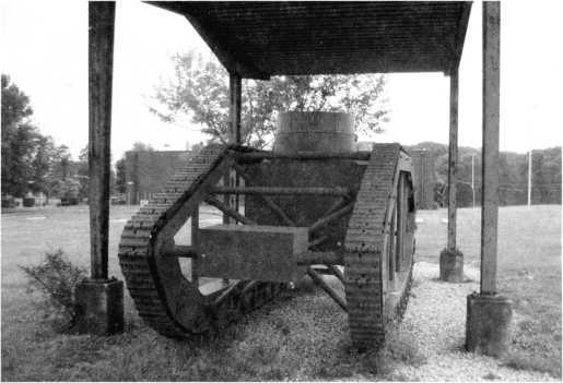 Опытный танк «Скелетон», построенной в США компанией «Пионир Трактор», стал неудачной попыткой соединить высокий «ромбовидный» гусеничный обвод с небольшой массой. Танк остался в музее Абердинского полигона.