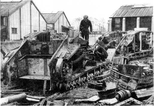 Разборка британских танков Mk V после войны. На фото хорошо видны устройство ходовой части и бортовой передачи танка, а также некоторые детали интерьера.