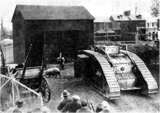 Не миновала старые танки и кинокарьера. Танк Mk V «самец» в послевоенной кинокомедии. Этот танк сохранил не только направляющие для бруса и защиту жалюзи, но и откидную кормовую полку для укладки ЗИП.