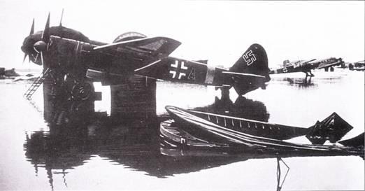 Пришла весна и заснеженный аэродром на Восточном фронте превратился в озеро – у люфтваффе опять проблемы. Самолеты Ju- 88, Fw-156, Ju-52 и Ju-86 ждут у озера погоды.