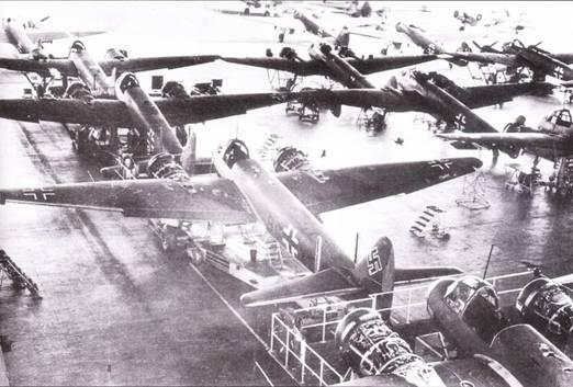 Сборочная линия бомбардировщиков Ju-88A. Темп серийного производства наращивалось медленно – в 1939 г. люфтваффе получили всего порядка сотни бомбардировщиков. В последующие годы с разрешением конструкторско- технологических проблем темн производства значительно возрос. Помимо заводи фирмы Юнкерс в Бернбурге, самолеты Ju-88 строились еще на шести предприятиях по лицензии: на заводе фирмы Хейнкель в Ораниенбурге, заводе Аридо в Ораниенбурге, заводе А TG в Лейпциге, заводе фирмы Зибель в Пиле, на заводе фирмы Хеншель в Перлине и на заводе фирмы Дорнье в Висмаре. Объединенными усилиями авиастроительные фирмы Германии поставили люфтваффе в 1940 г. почти 2200 самолетов Ju-88. Своего пика серийный выпуск Ju-88 достиг в 1943 г., когда заводы АТС, Зибель, Хеншель и Юнкерс сдали более 3300 самолетов данного шипа. Всего было построено 14676 самолетов Ju-88 всех модификаций, включая прототипы.