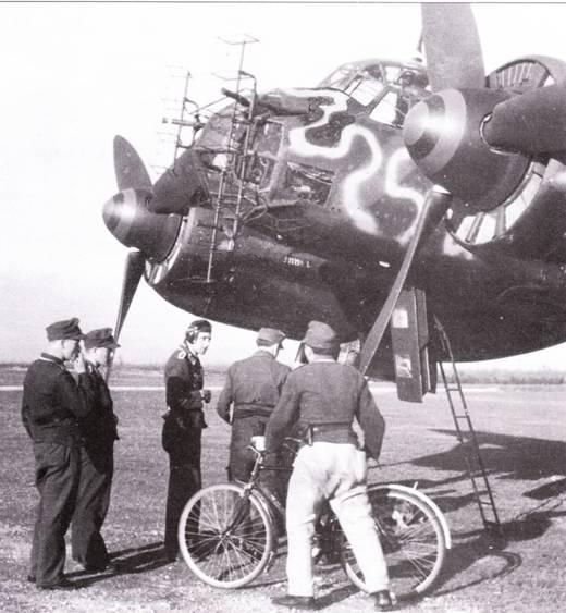 Несколько самолетов было доработано в вариант Ju-88A-6/U, предназначенный для борьбы с судоходством. На самолетах установили поисковые РЛС FuG-200 «Xохентвейль». Гондола демонтировалась. Экипаж самолета состоял из трех человек. Самолет, что на снимке, действовал на Средиземноморье с базы в Южной Италии в 1943 г.