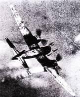 Иногда ночные истребители люфтваффе привлекались к перехвату дневных налетов американских бомбардировщиков. На снимке – Ju-88G сам попал под удар истребителя сопровождения. Именно днем удалось установить, что люфтваффе стали использовать на самолетах новые РЛС – «Лихтенштейн» SN-2.